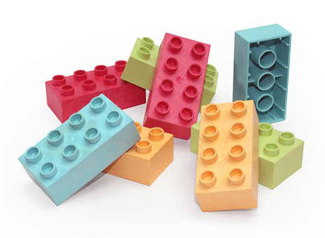 Coloured toy bricks from JELUPLAST® bioplastic